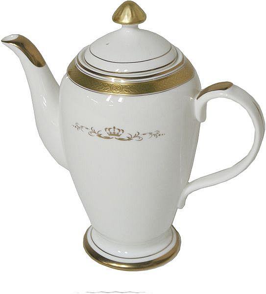 Klassische Teekanne mit üppigen Gold-Verzierungen
